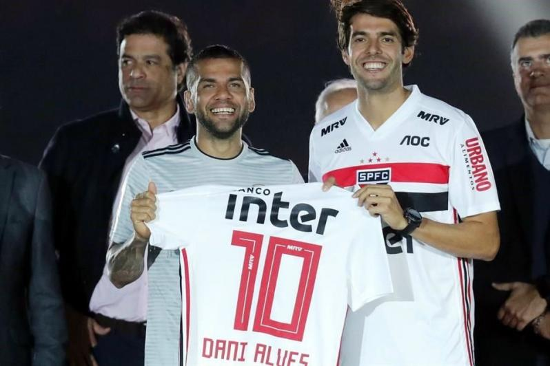 Danny Alves posa con la camiseta # 10