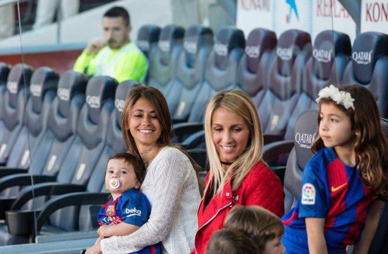 Antonella Roccuzzo and Sofia Balbi take care of kids Mateo Messi, Thiago Messi, Delfina Suárez and Benjamin Suárez