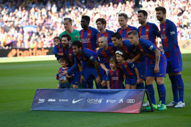 Luis Suarez and Lionel Messi's kids join for the pre-match photo