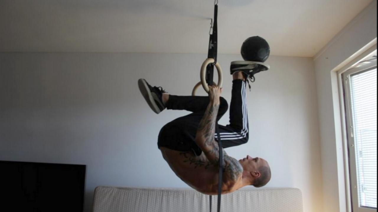 Freestyler does Calisthenics while juggling