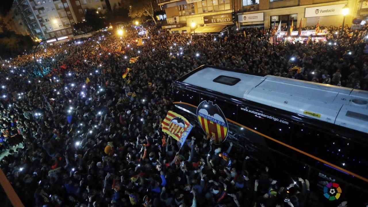 Valencia fans two hours before Barcelona arrives