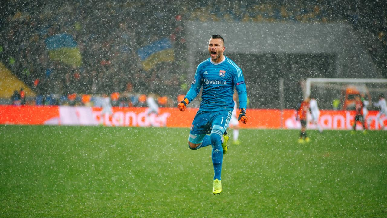 Anthony Lopes triple save