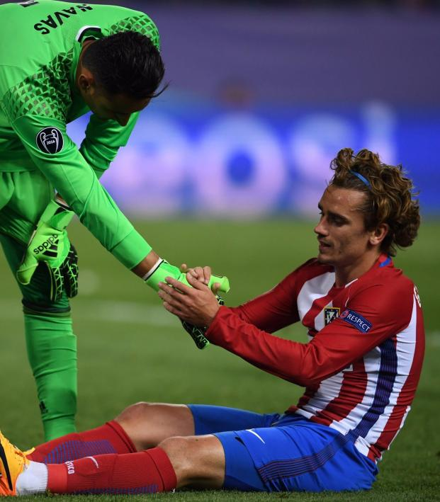 Keylor Navas And Antoine Griezmann Shake Hands After Match