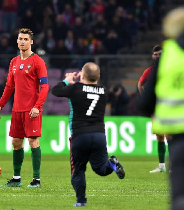 Cristiano Ronaldo Unimpressed With Pitch Invader