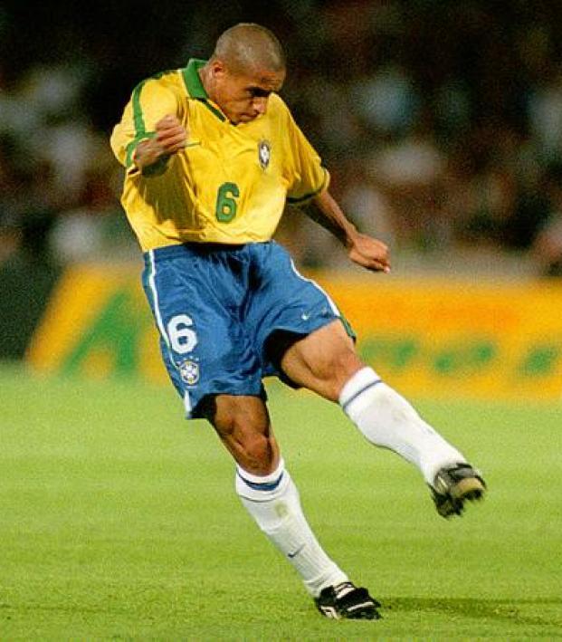 Roberto Carlos: Roberto Carlos Free Kick Into Some Guy's Groin