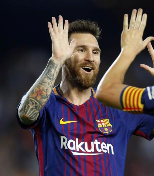 Messi and Iniesta passing