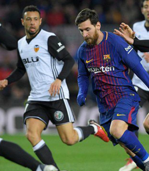 Lionel Messi megs Francis Coquelin