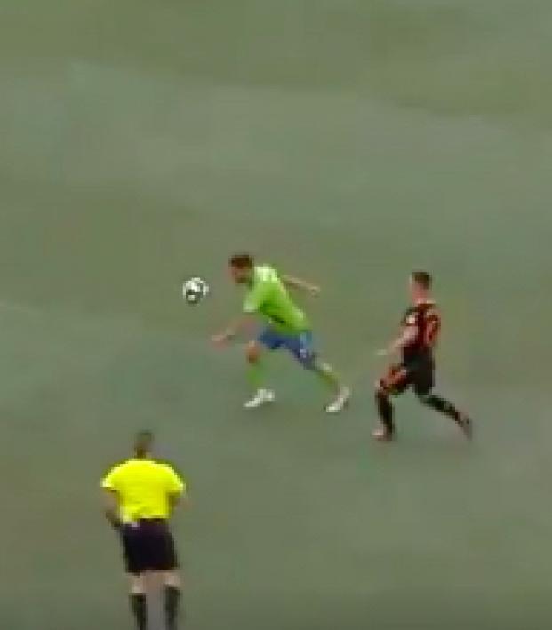 Cristian Roldan volley