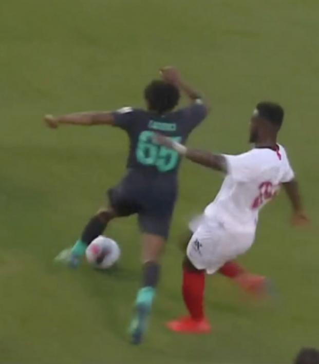Joris Gnagnon red card challenge on Yasser Larouci