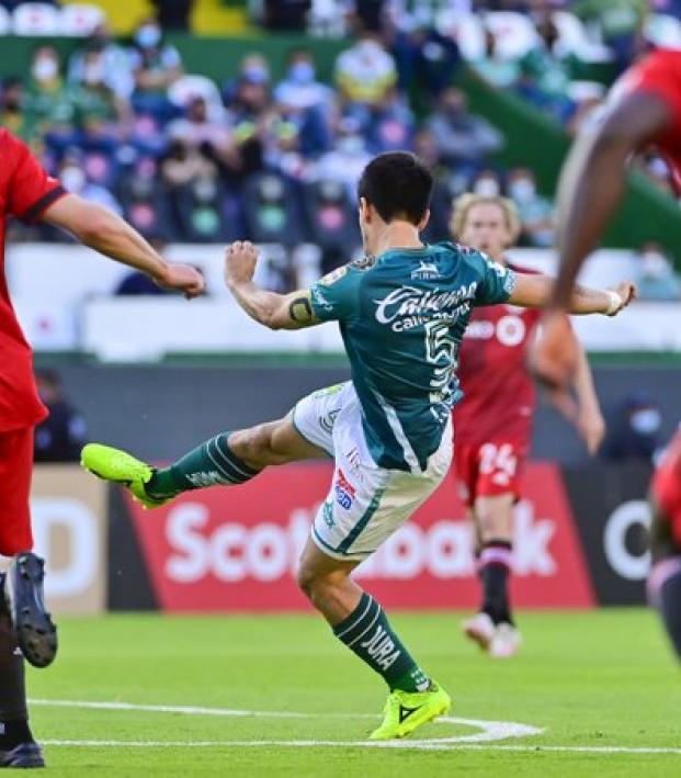 Fernando Navarro volley