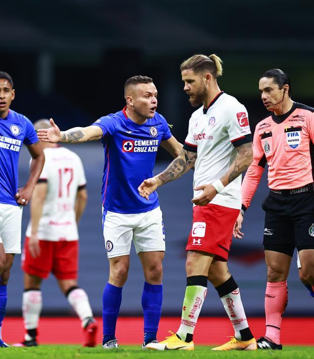 Árbitro evita gol de Cruz Azul