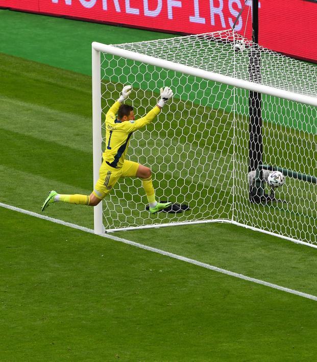 Gol Desde Media Cancha De Patrik Schick