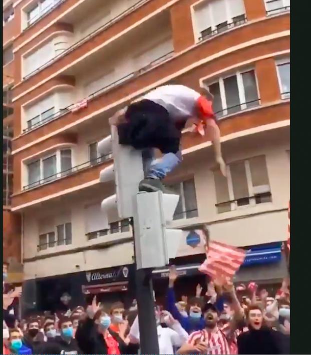 Bilbao fan jumps off traffic light