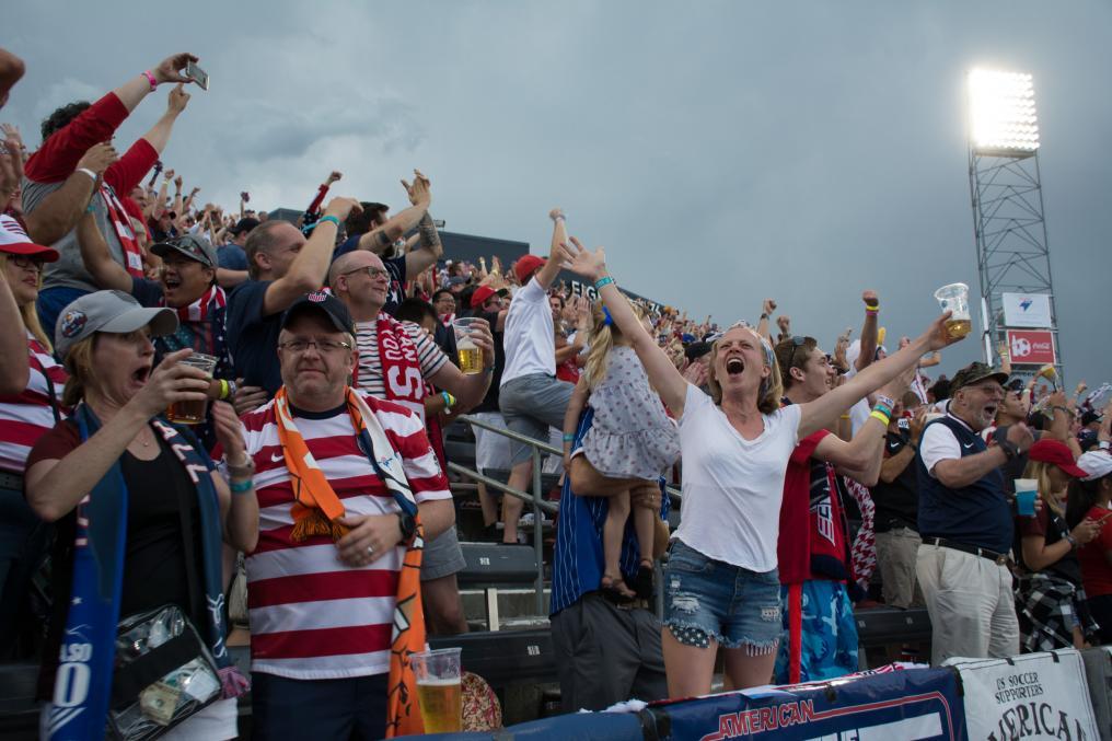 USMNT Fans kissing after Pulisic Goal