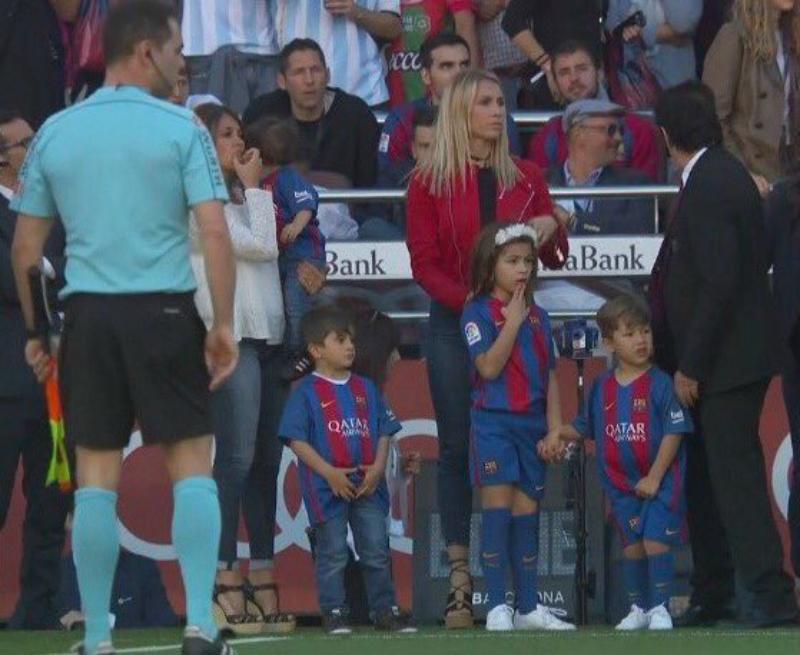 Mateo Messi, Delfina Suárez and Benjamin Suárez stand on the sidelines with Antonella Roccuzzo and Sofia Balbi