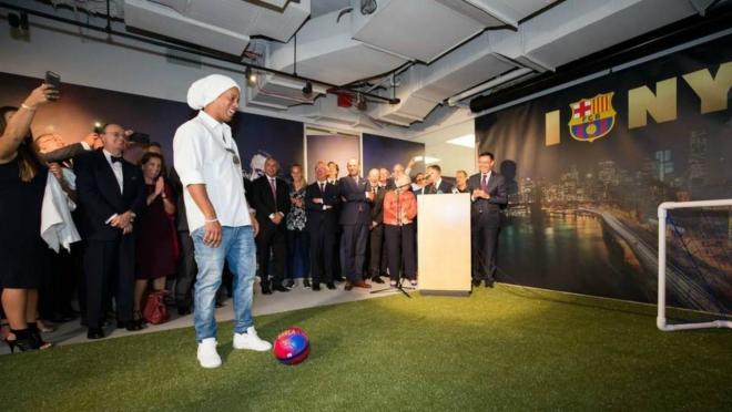 Ronaldinho helps to open Barca's NYC office.