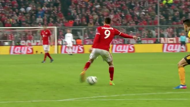 Robert Lewandowski flick to Thiago