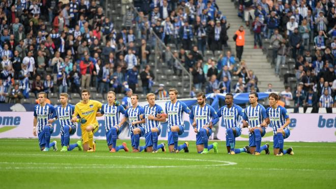 Hertha Berlin kneel