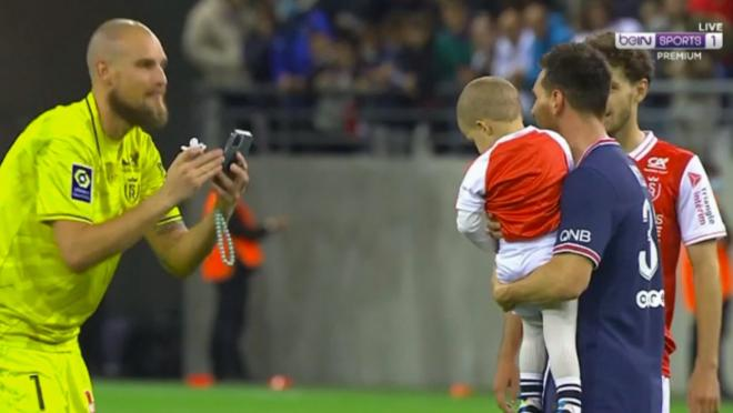 Keeper takes photo of Messi with son