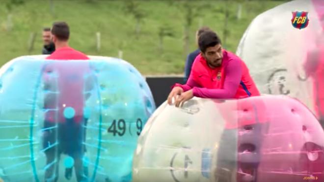 Weird Soccer Training: Luis Suarez in an inflatable ball