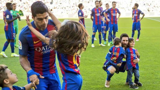 Luis Suarez and Lionel Messi's kids visit with their dads before the match