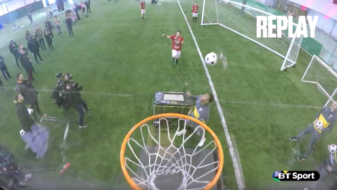 Arsenal does basketball trick shots with Dunking Devils