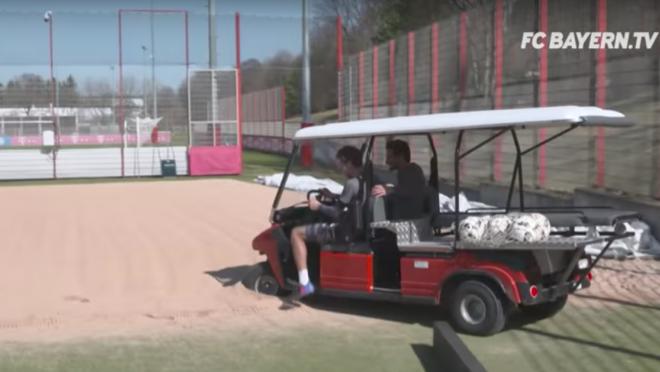 Thomas Muller and Mats Hummels play Football Golf