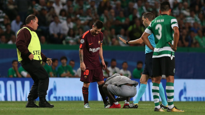 Pitch Invader Kisses Lionel Messi Feet