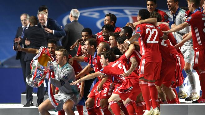 Bayern holds up Champions League trophy