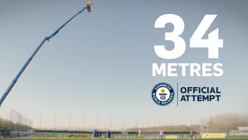 Theo Walcott Set World Record - Controls Ball Falling From 34 Meters
