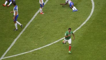 Carlos Vela Equalizes After Genius Level Movement From Chicharito