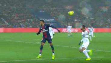 Neymar Continues The Excellent Brazilian Tradition Of Using Your Back To Pass