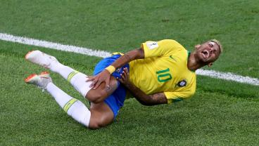 Neymar Escapes Booking For Blatantly Obvious Dive In The Box