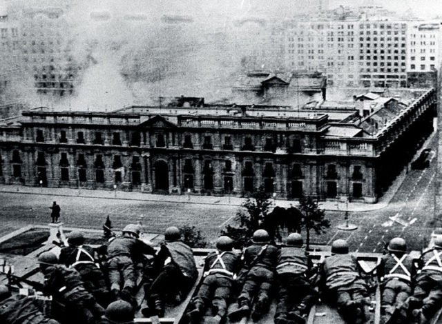 La Moneda under siege by the military